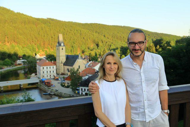 Reportér Jakub Szántó byl jedním z hostů letního cyklu na hradě Rožmberk. Na snímku s kastelánkou Andreou Čekanovou