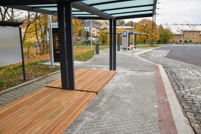 Místo nastupování z asfaltu přibyla krytá vyvýšená nástupiště