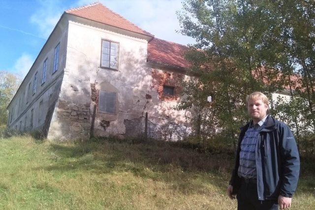 Zámeček Lustenek u Rudolfova, v popředí Daniel Kovář, ředitel Státního okresního archivu České Budějovice