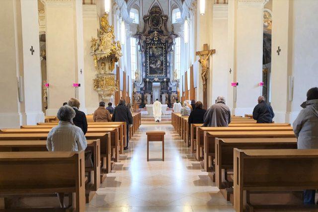 Mše v katedrále svatého Mikuláše v Českých Budějovicích po uvolnění vládních opatření