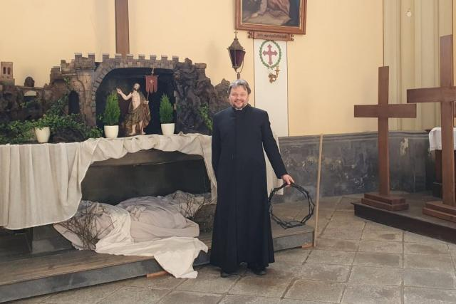 Hlubocký farář Tomas van Zavrel se připravuje sobotní velikonoční vigilii vysílanou online