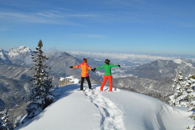 V alpském údolí Almtal v rakouském regionu Waldnesspořádají túry, při nichž se lidé učí chodit po sněžnicích i jódlovat