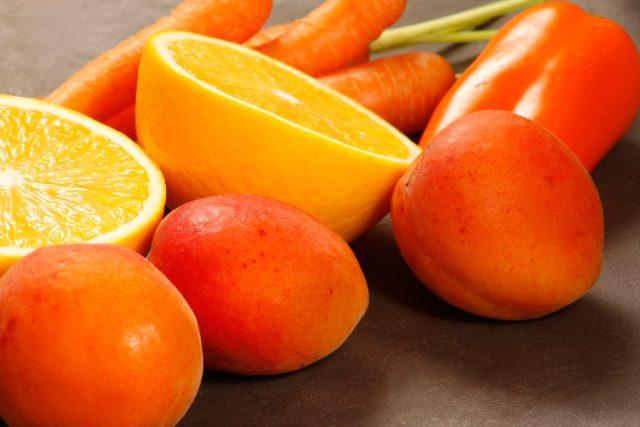 Oranžové ovoce a zelenina, meruňky, pomeranč, paprika, mrkev, zdravá strava, dieta. Ilustrační foto