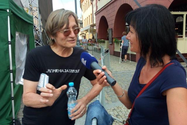 Ředitel festivalu Bohemia Jazz Fest Rudy Linka s autorkou kulturního magazínu Kavárna Pavlou Kuchtovou | foto: Miroslav Duschek