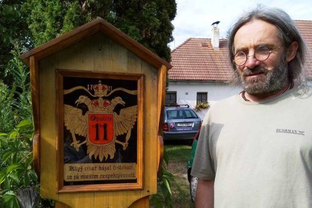 Jiří Honiss a jedna z jeho podmaleb na sklo