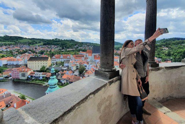 Turisté v Českém Krumlově. Po uvolnění opatření se zase začíná zaplňovat zámecký areál