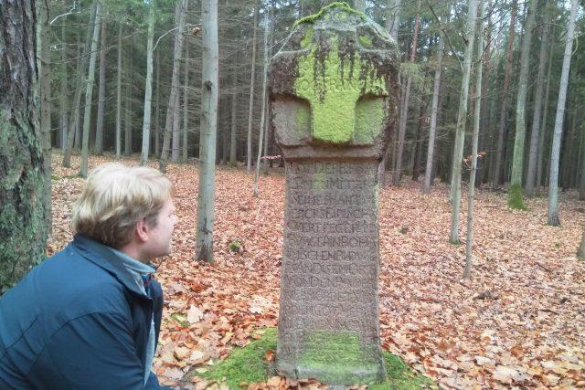 Kamenný památník nedaleko Trhových Svinů připomíná vraždu budějovického nožíře a mečíře