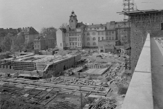 Budova Českého rozhlasu České Budějovice se stavěla v letech 1965 až 1972