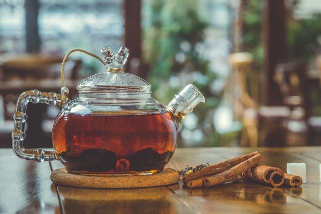 Čaj, skořice, konvice, chřipka, nachlazení, prevence, horký nápoj, zima, ilustrační foto