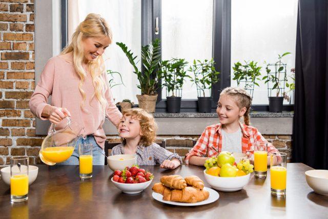 Matka, děti, rodinná snídaně, domácnost, rodina, mateřská dovolená, rodičovská, ilustrační foto