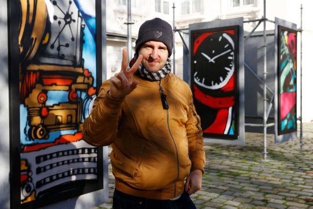 Výtvarník Michal Škapa,  jeden z nejvýraznějších autorů spojených s českou graffiti scénou | foto: Petr Horník,  Právo / Profimedia