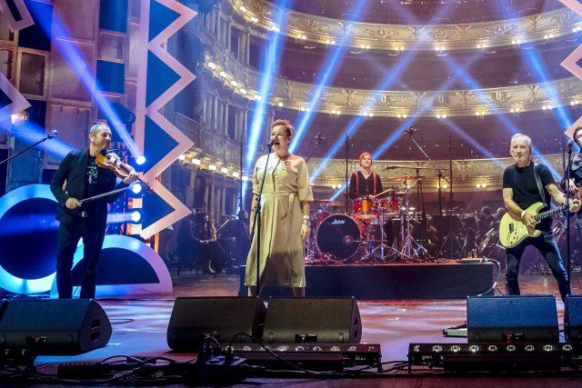 Čechomor s hostující zpěvačkou Martinou Pártlovou | foto: Petr Topič,  MAFRA / Profimedia