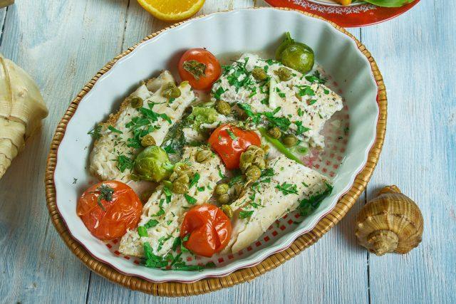 Treska pečená s rajčaty a bylinkovým máslem, zdravá strava, dieta, mořská ryba, ilustrační foto