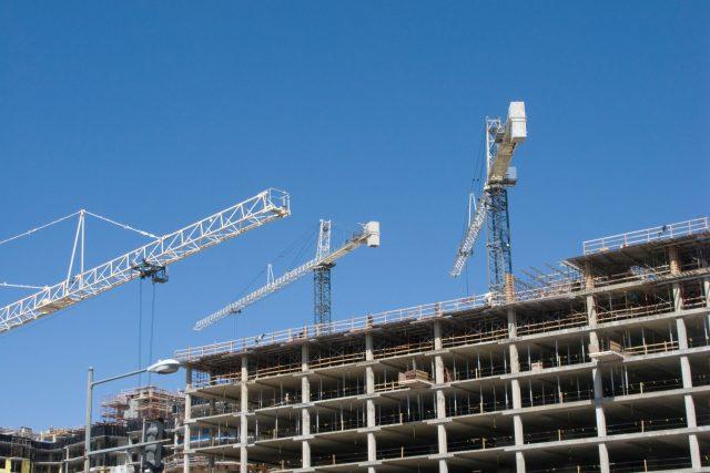 Bytový dům, stavba, jeřáb, developer, nové sídliště, byty, stavebnictví. Ilustrační foto