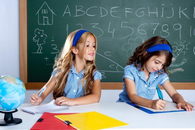 Školačky, opisování, test, písemka, podvádění