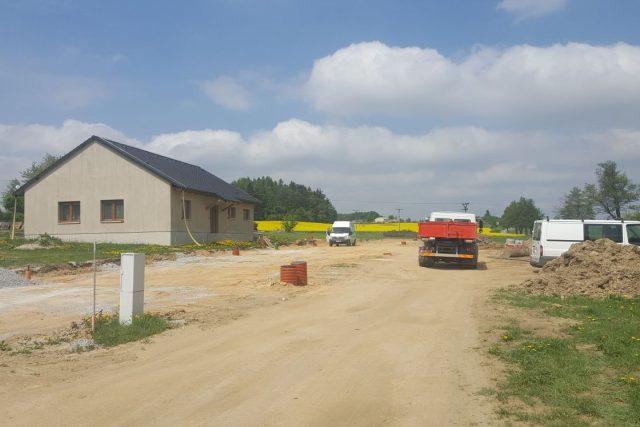 Pozemky pro stavbu rodinných domů bude Studená prodávat za 350 korun za metr čtvereční. Teď tu připravují připojení sítí