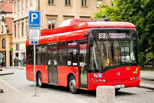 Elektrobus v centru Českých Budějovic | foto: Petr Lundák,  MAFRA / Profimedia
