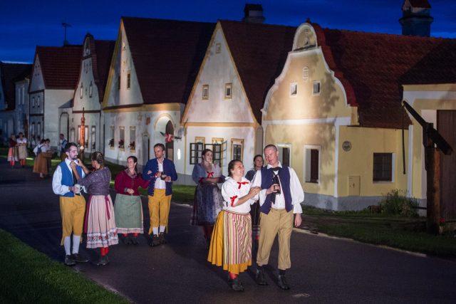 Operu Prodaná nevěsta hrálo Jihočeské divadlo přímo na návsi jihočeské vesnice Holašovice   foto: Václav Pancer,  ČTK