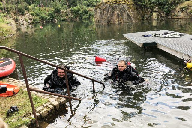 Potápěči David Vondrášek a Václav Gabriel ve speciální kabině ponořené v desetimetrové hloubce strávili týden
