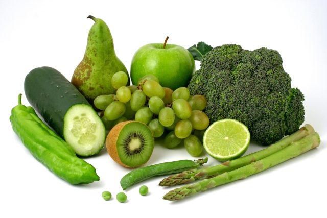 Zelená zelenina a ovoce, zdravá strava, dieta, kiwi, chřest, okruka, hroznové víno, jablko, hruška, brokolice, hrášek, limeta. Ilustrační foto