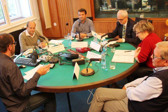 První debata před komunálními volbami v Českých Budějovicích. Účastnili se Tomáš Bouzek, Viktor Vojtko, Lubomír Pána, Eliška Richtrová a Petr Sák