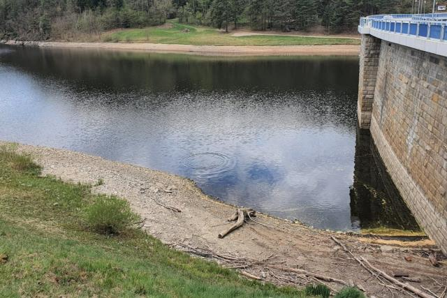 Hladina nádrže Husinec na Prachaticku pomalu klesá