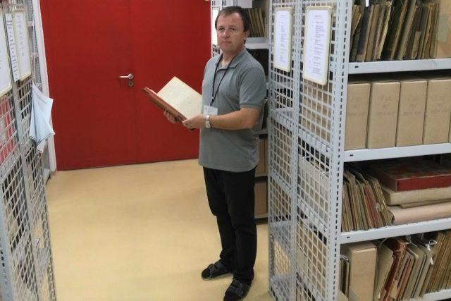 Jiří Cukr v českobudějovickém archivu, kam se po dopsání ukládají kroniky všech obcí v okrese