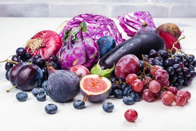 Fialové ovoce a zelenina, červené zelí, fíky, švestky, borůvky, hrozny, lilek, zdravá strava, tmavě modrá, jednobarevná dieta. Ilustrační foto