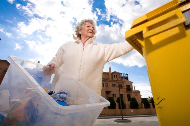 Seniorka, odpad, popelnice, třídění odpadu, plasty, komunální odpad, kontejner, ilustrační foto