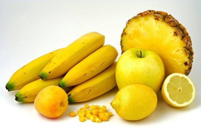 Žluté ovoce, banány, ananas, citrony, jablko, meruňka, kukuřice