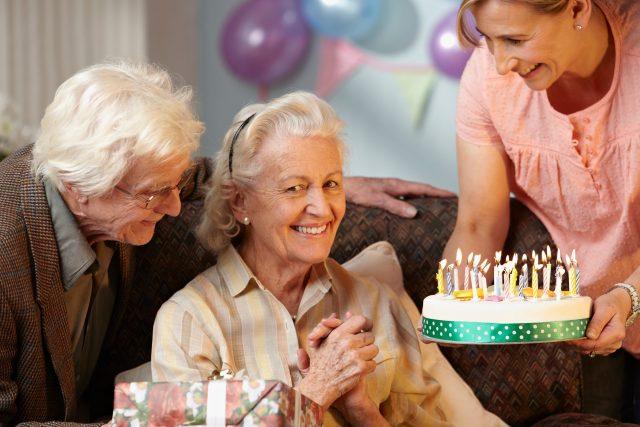 Babička slaví narozeniny, senioři, dort, rodinná oslava