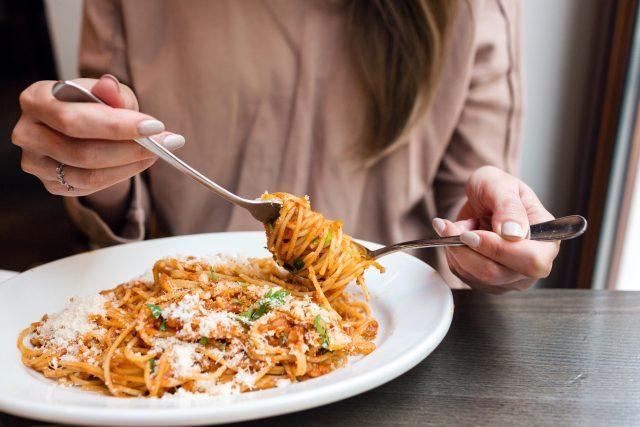 Ke špagetám používáme lžíci a vidličku. Lžíci držíme v levé ruce a vidličku v pravé | foto: Fotobanka Profimedia