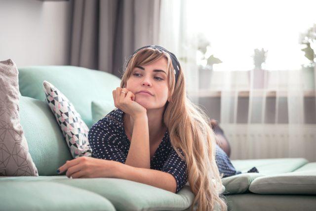 Lenost, odpočinek, siesta, žena na gauči