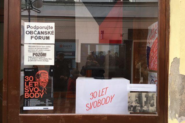 Spolek Rozmanitě, který pořádá Jindřichohradecký festival svobody, vrátil výloze bývalého zverimexu podobu z listopadu 1989