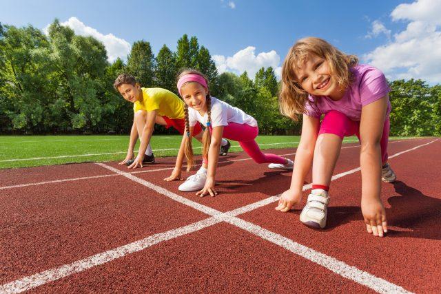 Děti potřebují dostatečný tělocvik ve škole a k tomu sportovní kroužky – jeden až dva druhy sportů. Také by mělo platit,  že třetinu sportovního výkonu tvoří rehabilitace | foto: Fotobanka Profimedia