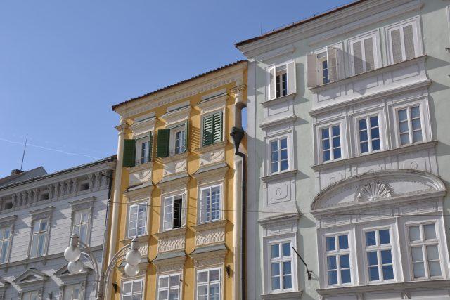 Štíty památkově chráněných domů v historickém centru Českých Budějovic