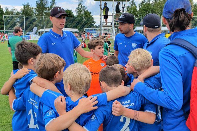 Tým desetiletých fotbalistů z Tábora s trenérem Janem Větrovským na turnaji