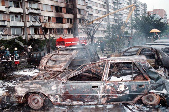 Jedna stíhačka vletěla do přízemí panelového domu,  kde bylo 47 bytových jednotek. Jedenáct bylo zasaženo požárem a pět úplně zničeno. Na parkovišti požár zasáhl 22 osobních aut   foto: ČTK/Veis David