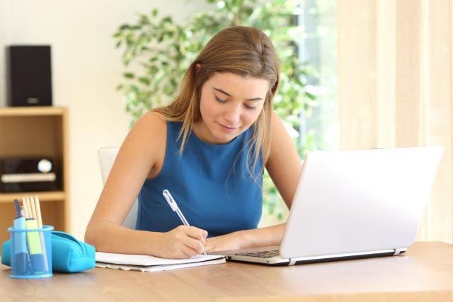 Student, domácí úkoly, výuka přes internet, počítač, notebook, samostudium, příprava na zkoušky