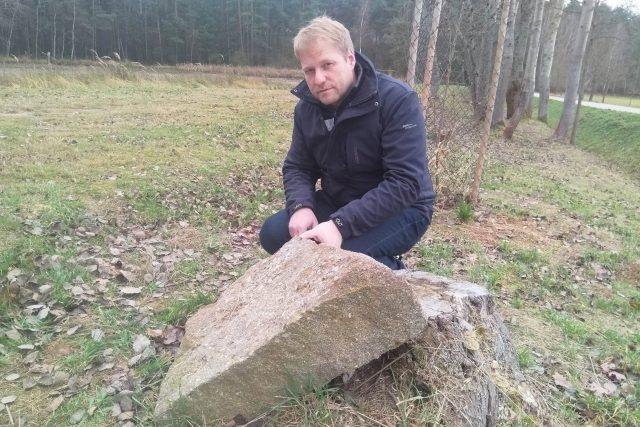 Daniel Kovář u kusu železné rudy u Mladošovic na Třeboňsku