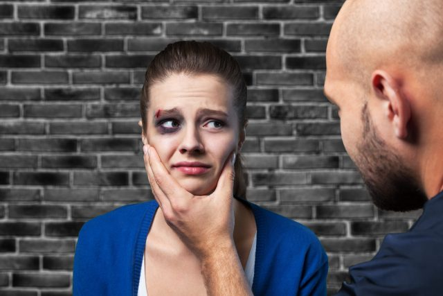 Domácí násilí, týraná žena, agresor, modřina, zranění, útok, zneužívání. Ilustrační foto