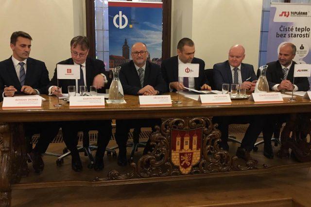 Zástupci společnosti ČEZ a českobudějovické teplárny podepsali smlouvu u stavbě horkovodu z Temelína