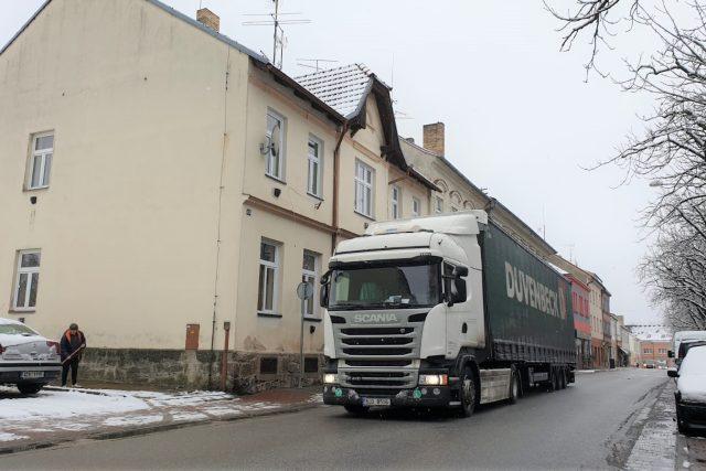 Kamion projíždí přes centrum Českých Velenic, tranzitní doprava, nákladní automobil