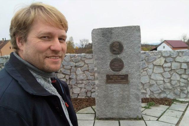 Ředitel českobudějovického archivu Daniel Kovář před pomníkem s podobiznou Jana Žižky ve vesnici Čeřejov