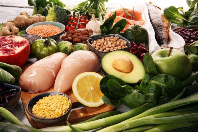 Zdravá strava, dieta, zelenina, ovoce, kuřecí maso, ryby, hubnutí. Ilustrační foto
