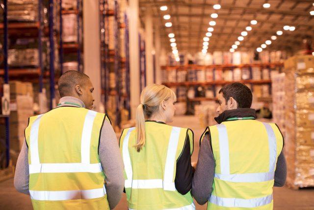 Dělníci, zaměstanci, práce, sklad, cizinci. ilustrační foto