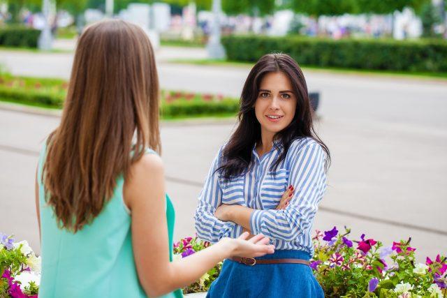 Ženy, kamarádky, rozhovor, setkání na ulici, ilustrační foto