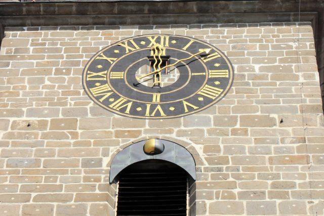 Ukazatel fází Měsíce pod ciferníkem na Černé věži v Českých Budějovicích