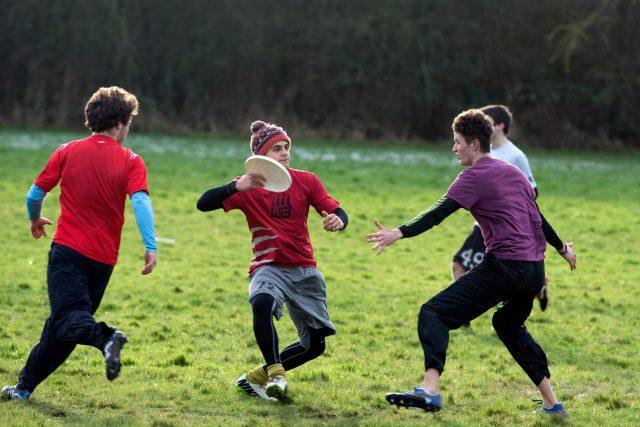 Frisbee, létající talíř, trénink, vysokoškolský sport. Ilustrační foto