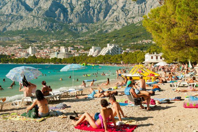 Chorvatsko, Makarska, přeplněná pláž, dovolená, koupání, léto, prázdniny, turisté, slunečníky